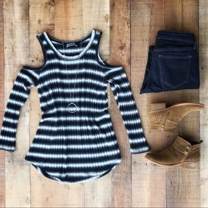 ⭐️HP⭐️Navy/White Cold-Shoulder TOP - LIKE NEW